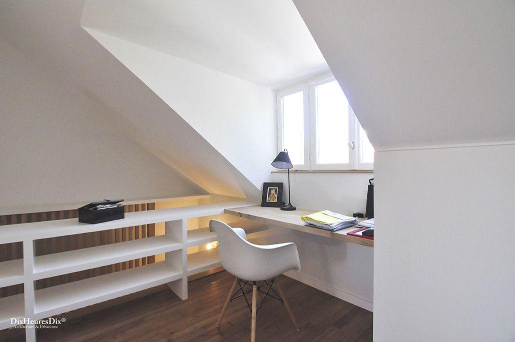 Aménagement d'un bureau face à une fenêtre, plan de travail incrusté dans une résidence secondaire