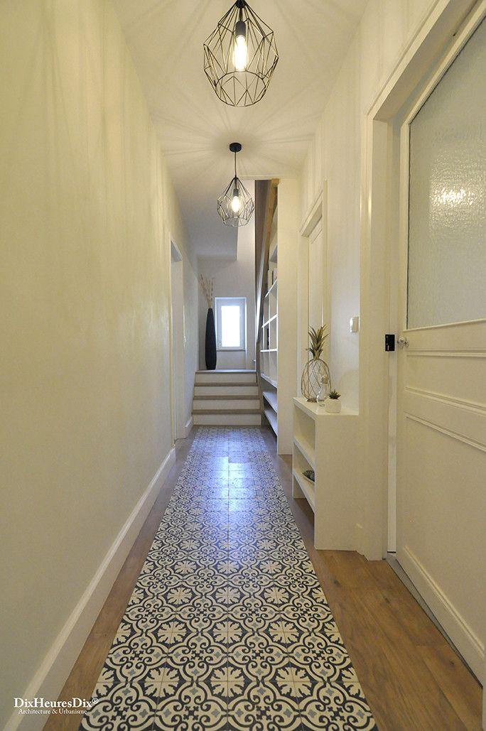 Couloir vu sur l'escalier et la bibliothèque incrustée