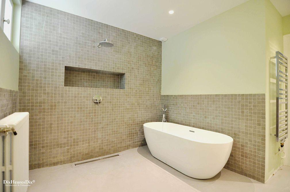 Aménagement de salle de bain avec rangement incrusté, double à l'italienne et une baignoire