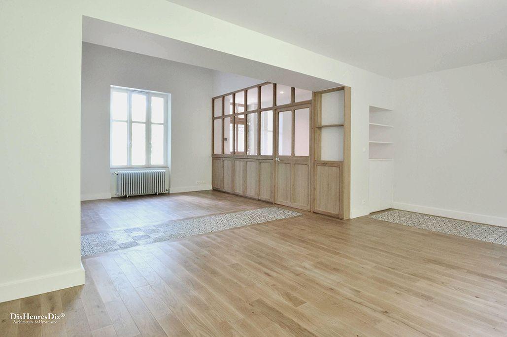 Verrière en chêne séparant le salon et l'entrée secondaire de la maison