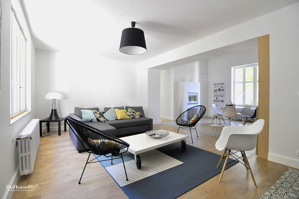 Salon aménagé de manière sobre et contemporaine, espace modulable et lumineux dans une résidence secondaire