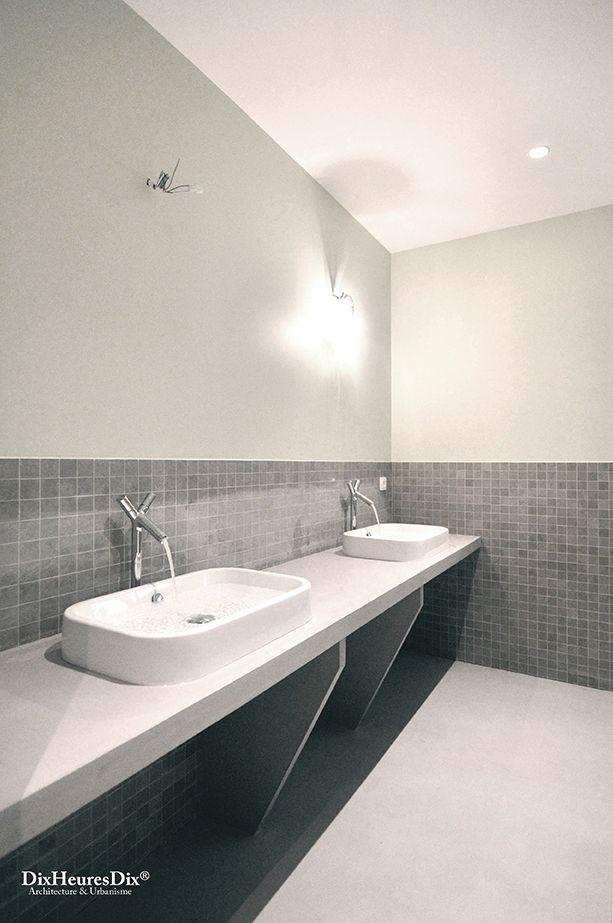 Salle de bain familiale à double vasque avec un carrelage
