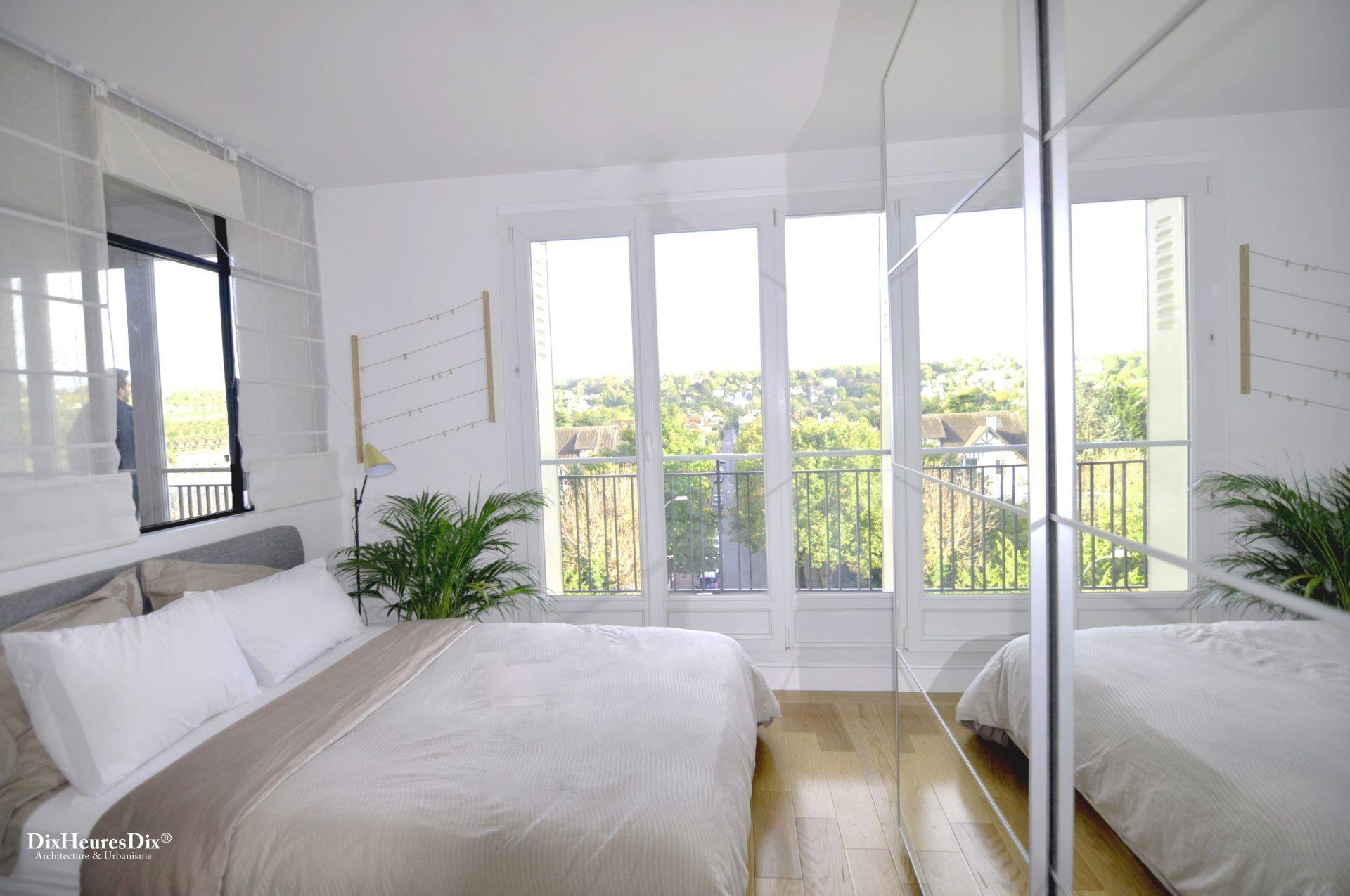 Chambre aménagée avec une grande bais vitrée donnant sur un balcon sans vis-à-vis.