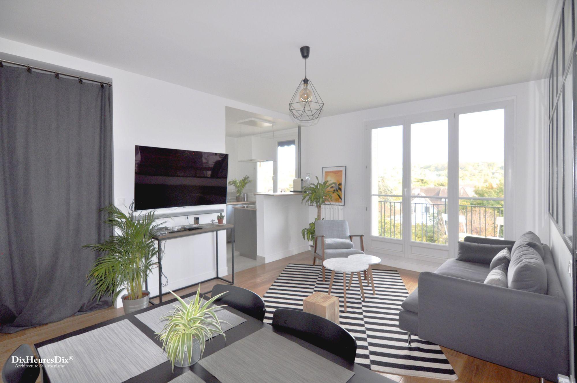 Vue sur l'espace cuisine depuis le soin salle à manger, espace optimisé et décoration contemporaine.