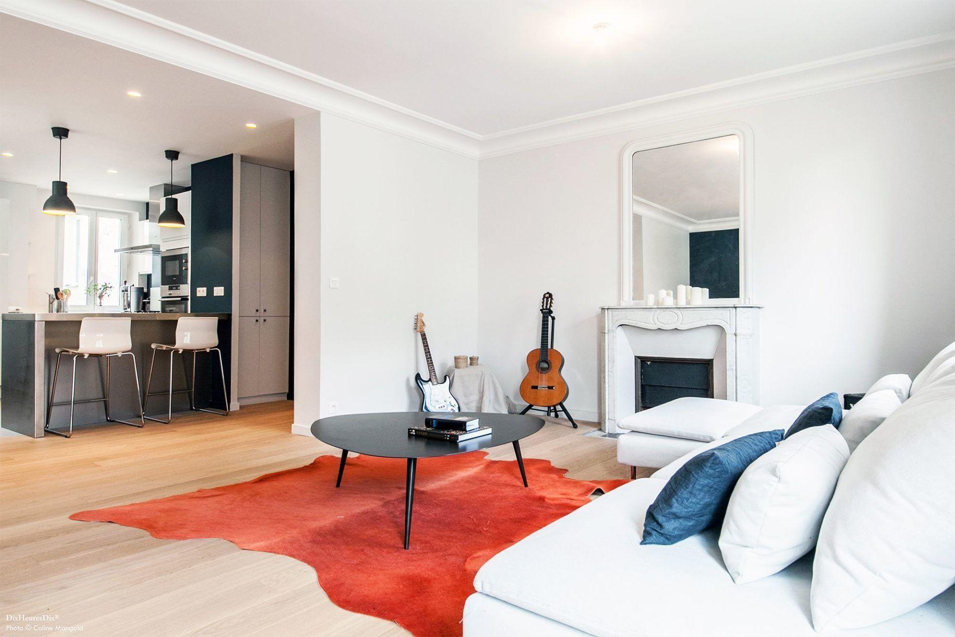 Salon aménagée en gardant les moulures des appartements haussmannien