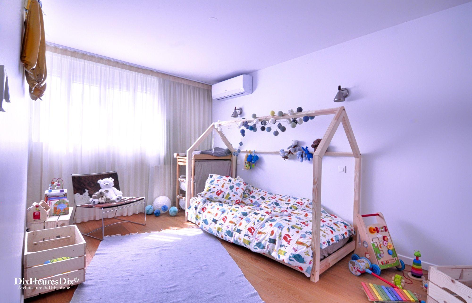 Organisation de la chambre pour enfant avec coin lit et différents jeux
