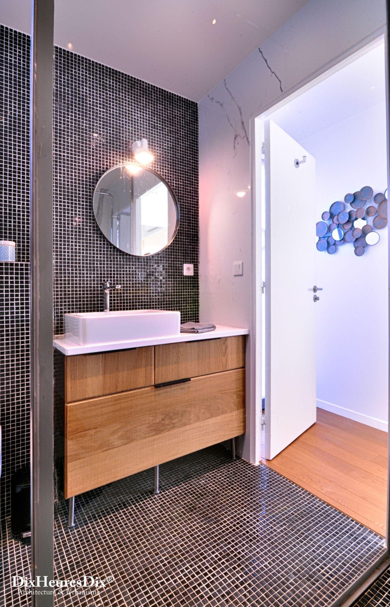 Vue depuis la douche sur les meubles de salle de bain