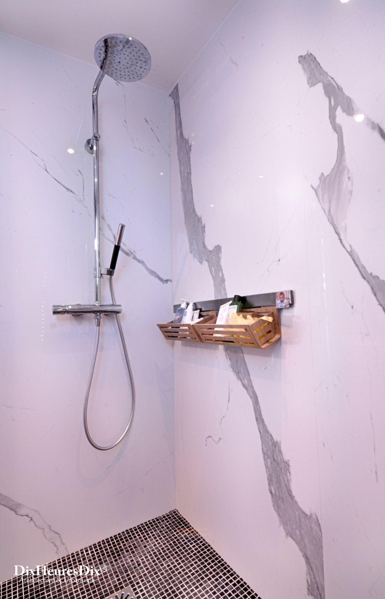 Vue sur la douche et rangement, mur de marbre