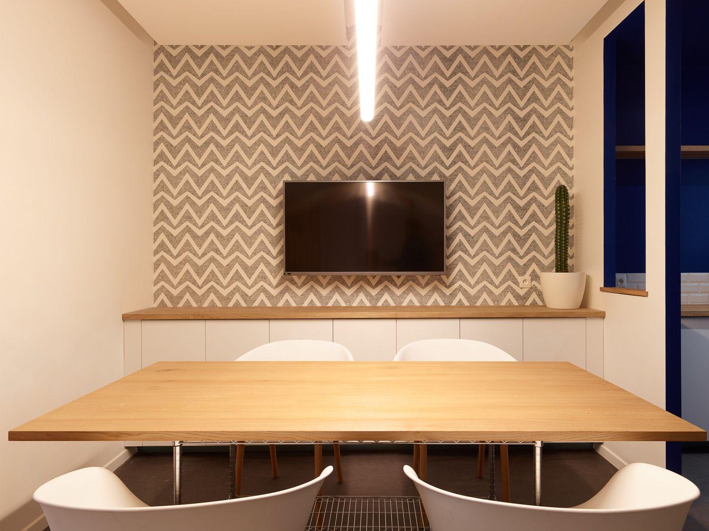 Salle de réunion, télé, table, chaise, papier peint graphique, luminaire
