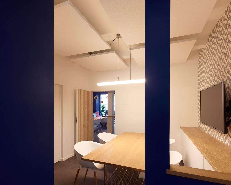 Salle de réunion, salle d'embarquement, réunion, table, chaise, panneaux acoustiques