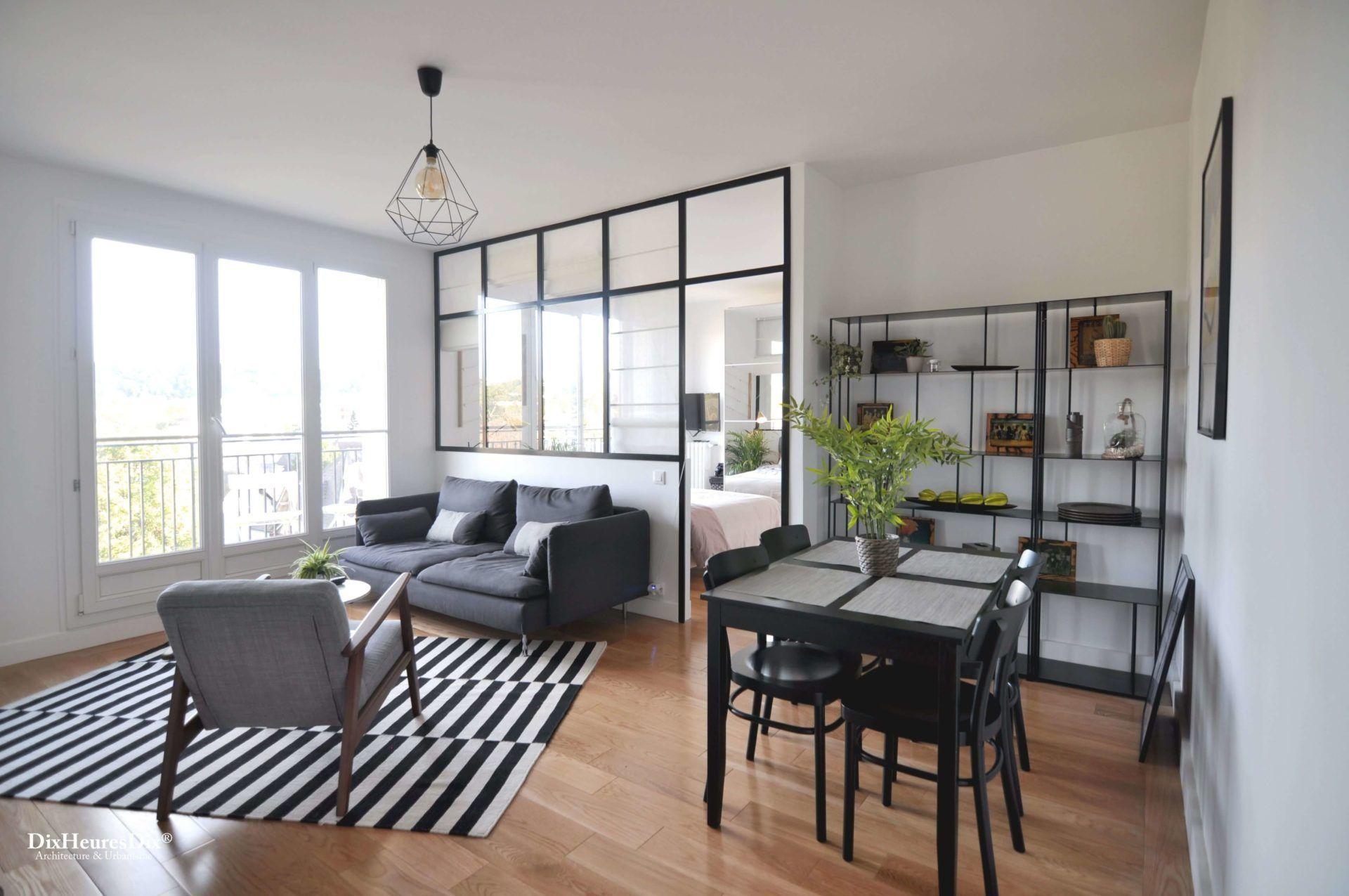 Photo depuis l'entrée sur la pièce à vivre meublée et aménagée pour optimiser l'espace