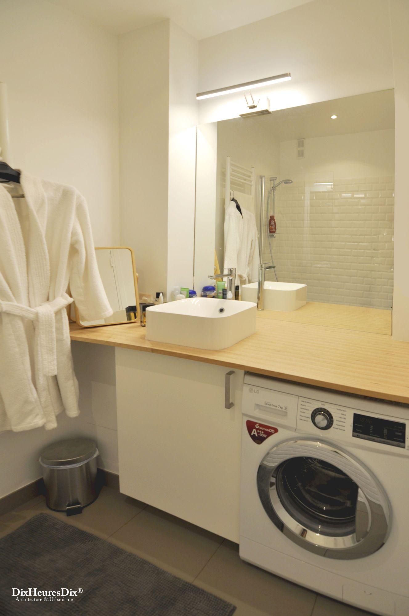Salle de bain avec une vasque et un plan en bois