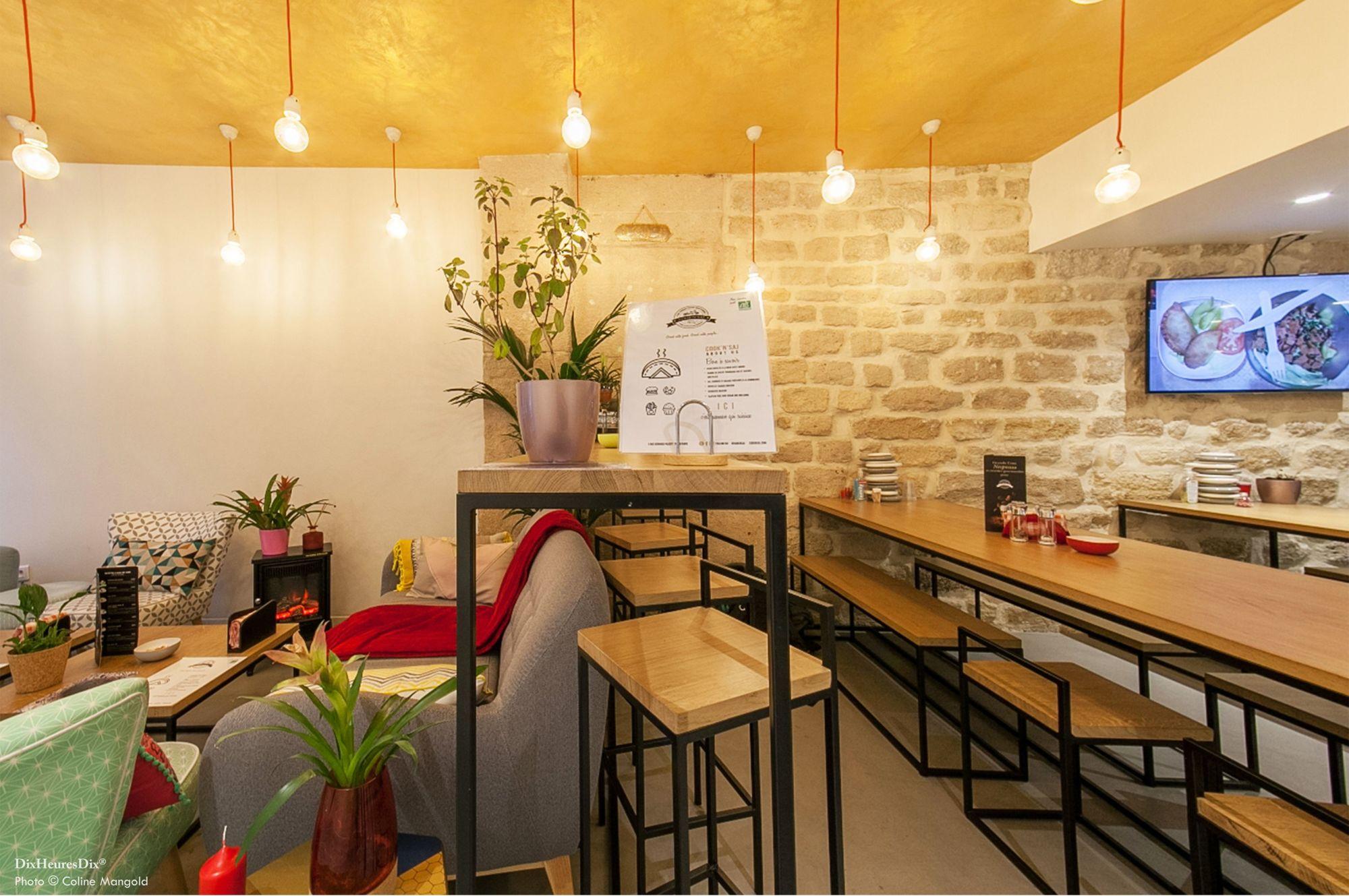 Bar mitoyen entre coin salon et l'espace avec de grande tablée