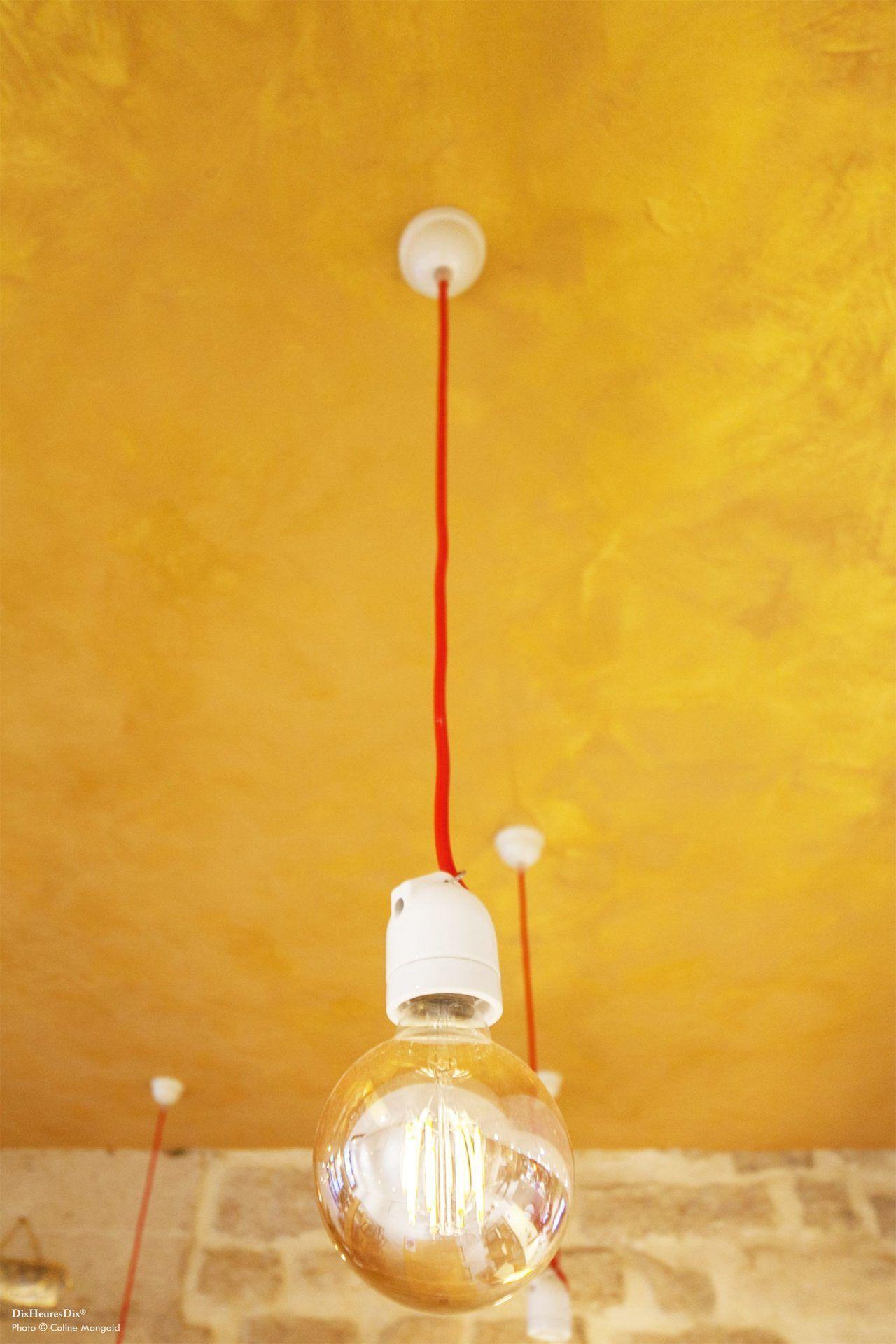 Détail des luminaires et plafond doré