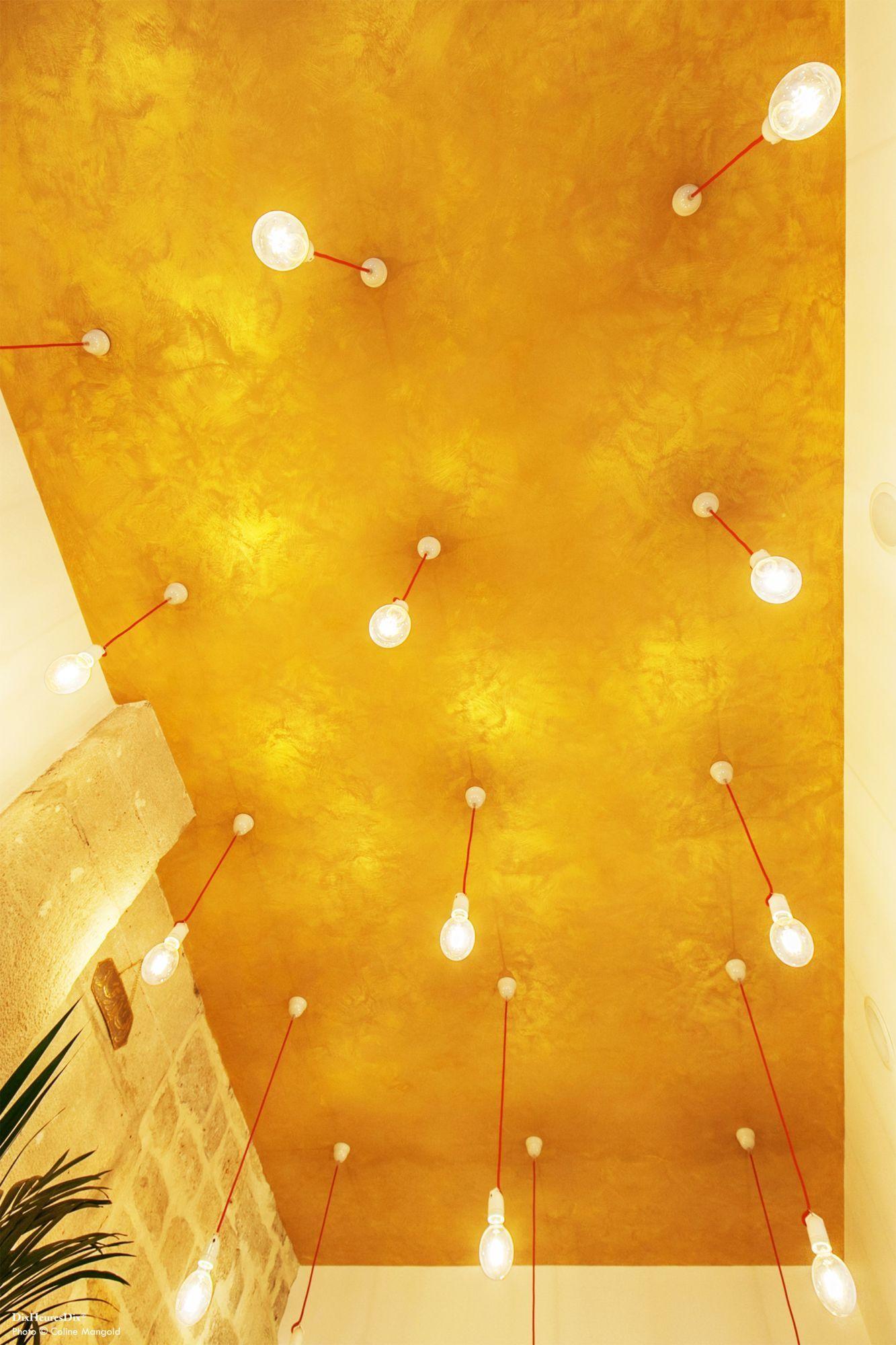 Plan du plafond doré avec des ampoules suspendues à des fils rouges dans l'esprit oriental