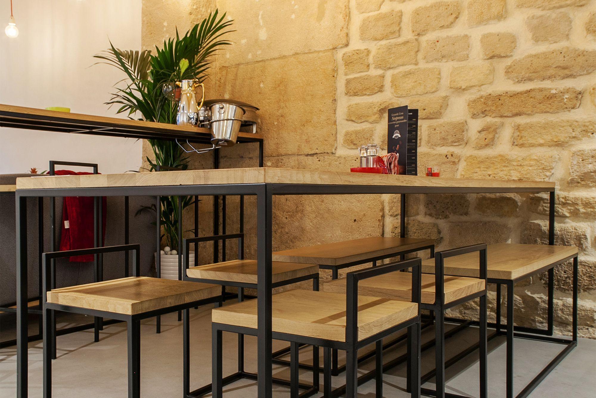 Tables et tabourets en bois et en méta grande tablée conviviale