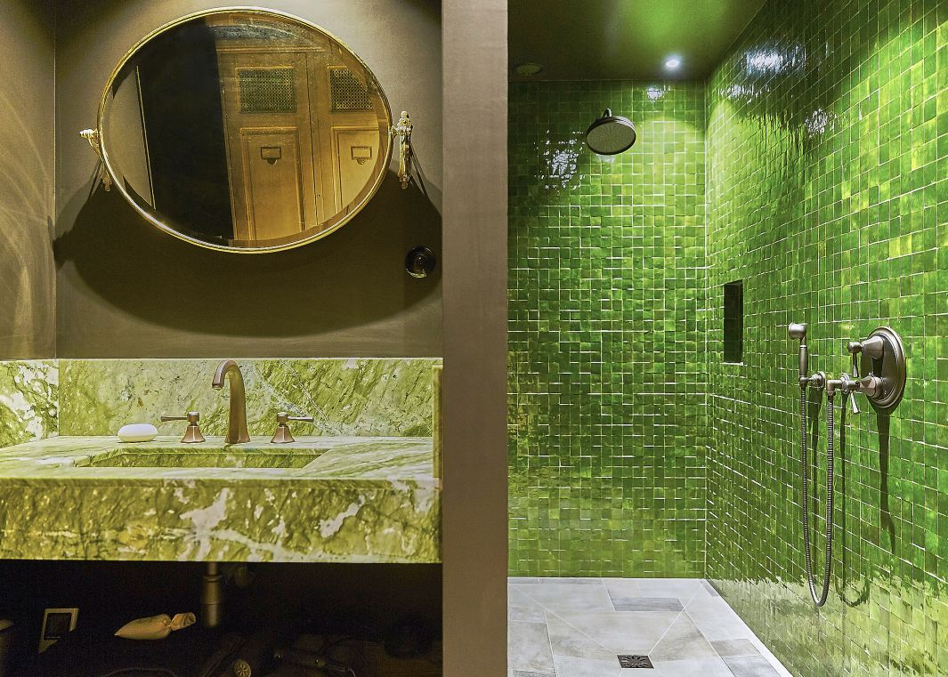 Salle de bain carrelé vert, avec un marbre vert clair