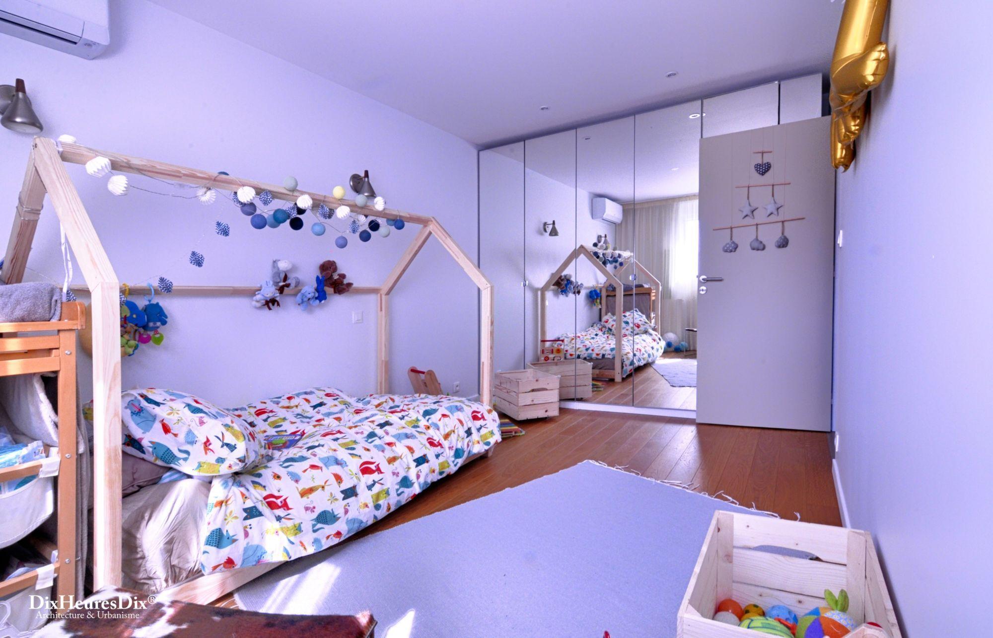 Chambre pour jeune enfant coloré et porte ouverte